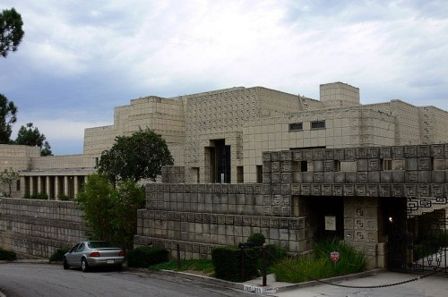Quelle: Wikimedia/Mike Dillon, CC-BY-SA 3.0, https://commons.wikimedia.org/wiki/File:Ennis_House_front_view_2005.jpg