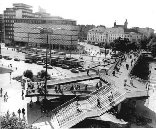 Autogerechte Separierung des Verkehrs at its best (Quelle: Bundesarchiv, Bild 183-M0828-0009 / Raphael (verehel. Grubitzsch), Waltraud / CC-BY-SA)