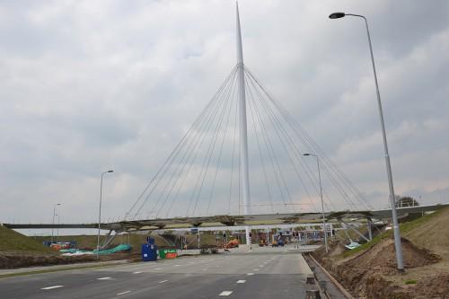 Weithin sichtbar, der Hovenring bei Eindhoven (Quelle: flickr-user jeroenvanlieshout)