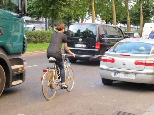 Seit an Seit mit dem LKW: Leider viel zu häufig der Fall beim Fahrradfahren in Berlin (Foto: urbanophil)