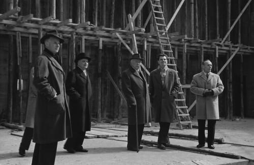 Bundespräsident Theodor Heuss (3. v. r.) und Architekt Siegfried Wolske (2. v. r.) auf der Baustelle (1958)