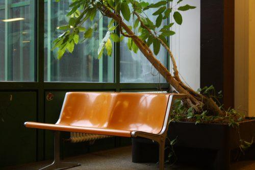 und wieder orange: Stühle auf den Schulfluren