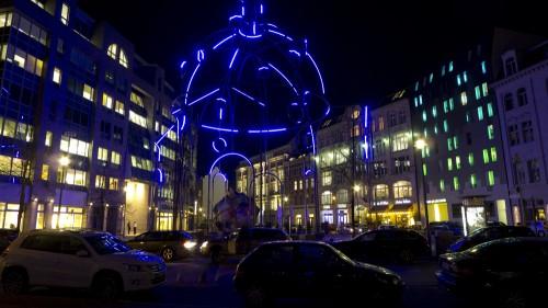 Lichtinstallation bei Nacht