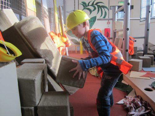 Kevin beim Bauen einer neuen Stadt. Foto: Alexandra Resch