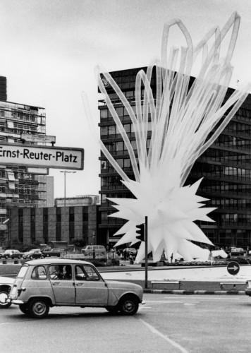 """Otto Piene - Berlin 1984 (für die Eröffnung der Ausstellung """"Die Zukunft der Metropolen: Paris - London - Berlin"""", Ernst-Reuter-Platz, Berlin, 1984) Foto: Otto Piene Archiv / ZERO foundation"""