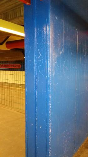 Ein blau angestrichener Stützpfeiler nach Demontage der Kunststoffsitzbänke.
