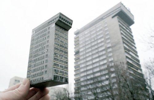 Smolna 8 in Warschau in Echt und als Papiermodell | © zupamarket