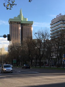 Weithin sichtbares Hochhaus der Caixa Bank an der Paseo del Prado.