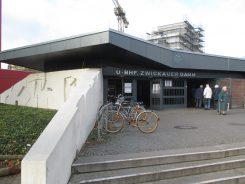 Der Eingangspavillon zum Bahnhof Zwickauer Damm aus den 1970er-Jahren mit freiplastisch gestalteten Wänden des Bilhauerehebaars Gerhard und Irene Schultze-Seehof.