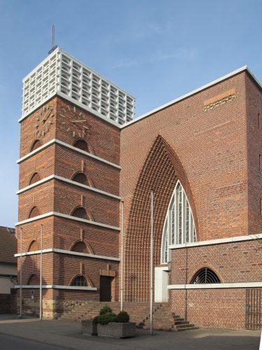 """""""Ein mutiger Dorfpfarrer in der Diaspora und ein ehrgeiziger Architekt hatten in nur vier Monaten eine revolutionäre Kirche gebaut, eine kleine, jedoch groß gedachte stolze Kirche auf der Wohnhausparzelle, mit Wucht und Schwung à la Gaudì und kathedraler Würde"""" – so der damalige stellvertretende Direktor des Deutschen Architekturmuseums Wolfgang Voigt 2005 über die Christkö-nigkirche (Dominikus Böhm, 1926) im hessischen Bischofsheim"""