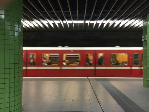 Typischer roter Zug mit weißem Streifen im U-Bahnhof Weißer Turm (1978) in Nürnberg.