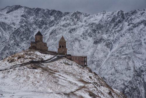 Wintereinbruch im Oktober an der Gergetier Dreifaltigkeitskirche
