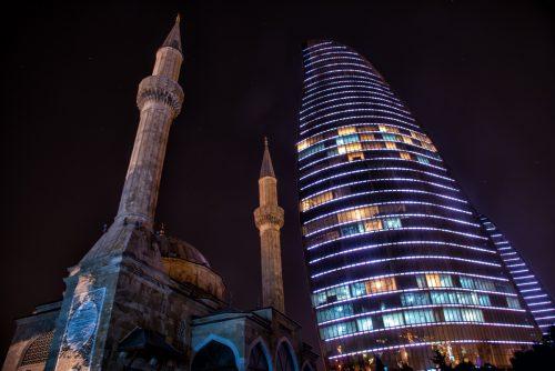 Moschee vor den Flame Towers, Baku, Aserbaidschan