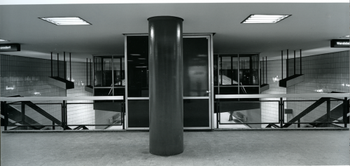 Haltestelle Alter Teichweg von Fritz Trautwein, 1963. Blick von der Zwischenebene auf die Rückseite der schwebenden Haltestellenwärterkanzel. Auch die abgehängten Leuchtkörper über der Treppe und eine filigrane Wartebank sind zu erkennen. Hamburgisches Architekturarchiv